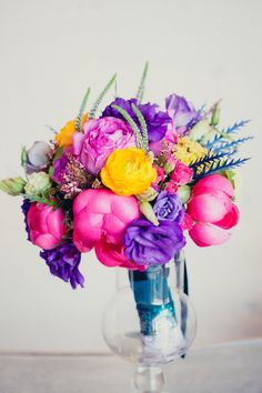 Nothing says summertime more than hot sunshiny colours, so why not go bold for your bridal bouquet? Image: Denis Elin via Ruffled