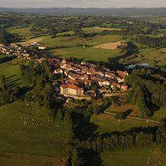 Nozeroy, la plus petite ville de France,  est située dans le Jura | Jura, France | Photo JF Putod / ULM Alizé | #JuraTourisme