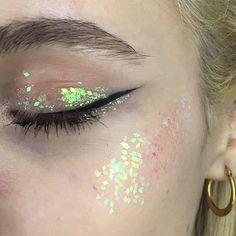 Блёстки в макияже:  На губах, веках, бровях  и не только — Wonderzine
