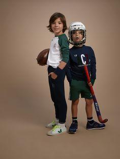 En salle, sur le terrain, à l'entrainement ou pour l'EPS, notre gamme « Athletic club 1977 » accompagne vos enfants dans leurs activités sportives ou de détente. Des vêtements confortables et de qualité au juste prix… c'est essentiel pour nos champions ! DÉTAILS Col rond. Motif en bouclettes devant. Bord-côtes au col, aux poignets et à la base. MATIÈRE Sweat en fibre naturelle 100% coton.