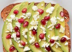 Toast met feta, avocado en granaatappel pitjes