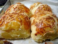 This is a delicious pastry. I made this when I found this recipes. HESTI'S KITCHEN : yummy for your tummy: Molen Pisang Keju Indonesian Desserts, Indonesian Cuisine, Asian Desserts, Indonesian Recipes, Bakery Recipes, Kitchen Recipes, Cooking Recipes, Malay Food, Traditional Cakes