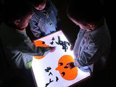 Uno de los recursos que más gusta a los niños/as de mi clase es la mesa de luz . Ya de por sí el comportamiento es muy bueno en este grupo,... Sensory Art, Reggio Emilia, Creative Activities, Light Table, Lights, Fun, Inspiration, How To Make, Schools