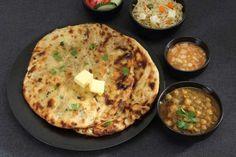"""Paquistão - O alimento mais usual no café da manhã dos paquistaneses é o """"Aloo Paratha"""", massa integral fina de origem indiana, feita na frigideira e geralmente recheada com mix de legumes. Para acompanhar, é comum regar a massa com manteiga, chutney ou qualquer outro molho picante."""