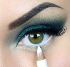 Blue Highlight Eyeshadow Makeup for Green Eyes