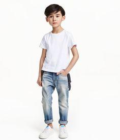5-Pocket-Jeans aus gewaschenem Denim mit markanten Used-Details, etwas lässigerer Passform und vorgeformtem, schmal zulaufendem Bein. Bund mit verstellbarem Gummizug, Reißverschluss und Druckknopf. Dazu gehören elastische, verstellbare Träger mit Schlaufen aus Lederimitat.
