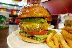 安定のチリビーンズチーズバーガーにアボカドトッピング間違いないうまさ笑 #food #foodporn #meallog #burger #burger_jp #ハンバーガー # #tw