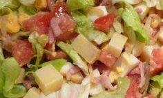 Salade franc-comtoise : salade, œuf dur, lardons, comté, tomates, pomme de terre, croutons aillés