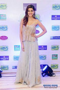 Bollywood Actress Hot Photos, Indian Bollywood Actress, Bollywood Actors, Bollywood Fashion, Indian Actresses, Kriti Sanon Saree, Indian Princess, Parineeti Chopra, Latest Outfits