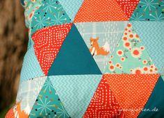 http://greenfietsen.blogspot.de/2014/11/triangle-patchwork-kissen-mit-dreiecken.html