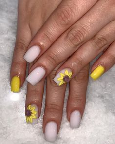 Prized by women to hide a mania or to add a touch of femininity, false nails can be dangerous if you use them incorrectly. Types of false nails Three types are mainly used. Boxing Day, Spring Nails, Summer Nails, Nail Art Inspiration, Sunflower Nails, Disney Nails, Dope Nails, Nagel Gel, Wedding Nails