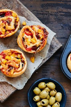Kleine, herzhafte Pizzamuffins aus Hefeteig. Bunt belegt mit frischem Gemüse und Salami, wie beim Italiener. Pizza Muffins, Snacks Für Party, Bruschetta, Vegetable Pizza, Nom Nom, Vegetables, Health, Ethnic Recipes, Bunt