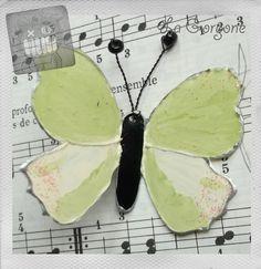 Papillon opaque vert pistache clair, blanc et paillettes. Recyclage par la Gorgone. : Vitraux par la-gorgone
