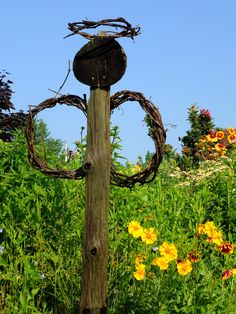 A rustic garden angel. flowers & gardens - my kind of garden art! Garden Whimsy, Garden Art, Rustic Gardens, Garden Junk, Garden Angels, Lawn And Garden, Garden Crafts, Angel Flowers, Outdoor Gardens