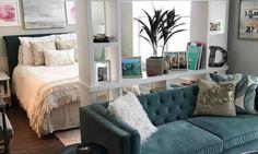 Aqui, é uma estante que separa os ambientes. Destaque para o sofá de veludo verde petróleo que dá uma sofisticada à sala Instagram/xo.deidre