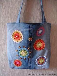 Otra cartera de jean embellecida con adronos de crochet