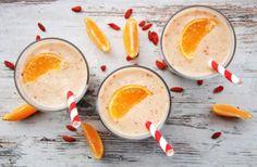 Koktajl bananowo-pomarańczowy z jagodami goji