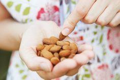 Tägliche eine Handvoll Mandeln essen ist gesund und gut für die Figur.