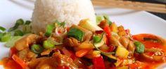 Směs kuřecího masa a zeleniny ve sladké chilli omáčce