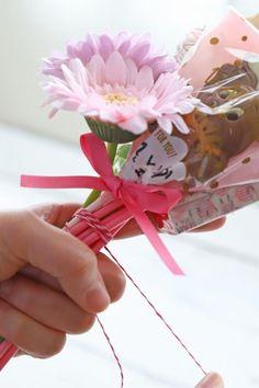 ホワイトデーに♪ 100均アイテムを使ったキャンディブーケの作り方 : 窪田千紘フォトスタイリングWebマガジン「Klastyling」暮らす+スタイリング Powered by ライブドアブログ How To Preserve Flowers, Artificial Flowers, Gift Wrapping, Gifts, Homemade Candy Recipes, Sweet Recipes, Gift Wrapping Paper, Fake Flowers, Presents