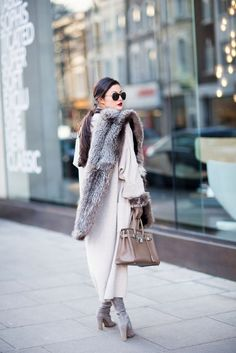 Как это носить: мода на меховой шарф 7
