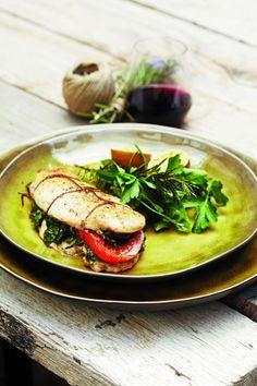 22 APRIL 2013 | Pascale Naessens is hot! In april verklappen we dan ook elke maandag een recept uit haar heerlijk gezonde boek 'Puur genieten en toch gezond en slank'. Deze week maken we… Kipfilet opgevuld met spinazie, kruiden en tomaat! Hoe lang werk je er aan? 20 minuten – Gaartijd: 35 minuten Wat heb
