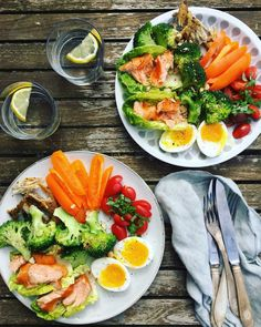 3 delicious and simple low carb lunches with lots of greens - hot smoked mackerel and salmon, a boiled egg, steamed broccoli, tomatoes and peppers. Easy Low Carb Lunches, Clean Eating, Healthy Eating, Healthy Fit, Food Crush, Food Is Fuel, Dinner Is Served, Food Inspiration, Good Food