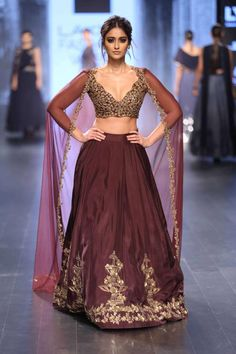 From Manish Malhotra to Sabyasachi, from mirror work to pastels, here are the latest bridal lehenga trends for Spring Summer 2019 to shop for your wedding! Pakistani Dresses, Indian Dresses, Indian Outfits, Indian Attire, Indian Ethnic Wear, Celebrity Fashion Outfits, Fashion Dresses, Celebrity Style, Celebrities Fashion