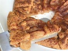Γαλλική γκαλέτ με μήλα και γλυκό άρωμα κανέλας, σε λεπτή, βουτυράτη ζύμη που τρίβεται. Δοκιμάστε την πιο ζουμερή και μυρωδάτη, ατημέλητη μηλόπιτα. French Toast, Bacon, Breakfast, Food, Hoods, Meals