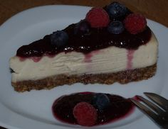 Raw deserts are so easy it is unbelievable, it is also unbelievable that something that tastes so good is healthy – but it is! I am not a desert person and never was but it is such fun to experiment with raw ingredients – and I have to say this Raw Cheesecake is pretty good.