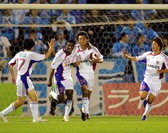 [ ヤマザキナビスコカップ:第6節 横浜FC vs F東京 ] F東京に予選リーグ突破をもたらしたのは赤嶺(中央)だった。Cグループ3位のF東京が一縷の望みを懸けて臨んだこの試合、首位横浜FCに先制されたものの、赤嶺の2得点で逆転勝利。2位の大分が敗れたためにF東京が決勝Tに進出した。  2007年5月23日(水):ニッパツ三ツ沢球技場