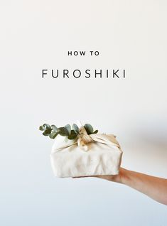 Wrapping paper that only has one final destination: the garbage bin. With furoshiki that is a thing of the past: this Japanese wrapping method is sustainable and beautiful! Wrapping Ideas, Creative Gift Wrapping, Present Wrapping, Creative Gifts, Japanese Gift Wrapping, Japanese Gifts, Japanese Art, Muñeca Baby Alive, Diy Cadeau Noel