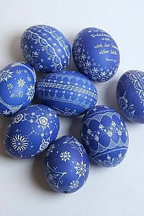 ( Love the beautiful blue and white pattern of these eggs! Perfect for Easter Eggs, right? Egg Crafts, Easter Crafts, Holiday Crafts, Blue Eggs, Ukrainian Easter Eggs, Diy Ostern, Egg Designs, Easter Parade, Egg Art