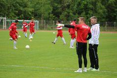 Torhüter #Tom #Schmidt während des Aufwärmens im Gespräch mit U19 Coach #Guido #Spork.