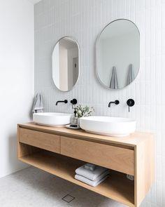 Timber and White Bathroom – Badezimmer einrichtung Diy Bathroom Storage, Old Bathrooms, Bathroom Furniture, Bathroom Vanity, Bathroom Interior, Minimalist Bathroom, White Bathroom, Bathrooms Remodel, Bathroom Decor