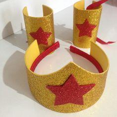 Kit de bracelete e coroa mulher maravilha. Feito em eva com glitter. Coroa aplicada em arco encapado com fita de cetim. Adulto e infantil