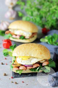 Kanapki z parówkami BBQ i jajkiem sadzonym Salmon Burgers, Chicken, Ethnic Recipes, Food, Essen, Meals, Yemek, Eten, Cubs