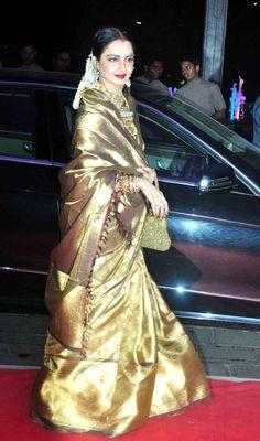 Rekha looked ravishing in a golden saree at Kush Sinha's wedding reception. Bollywood Designer Sarees, Bollywood Saree, Bollywood Fashion, Gold Silk Saree, Indian Silk Sarees, Bridal Wedding Dresses, Saree Wedding, Wedding Reception, Indian Attire