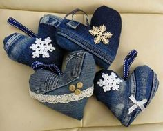 Recycled denim and lace hanging heart decoration - Valentine Denim And Lace, Artisanats Denim, Denim Purse, Sewing Crafts, Sewing Projects, Diy Projects, Sewing Tips, Sewing Tutorials, Diy Crafts