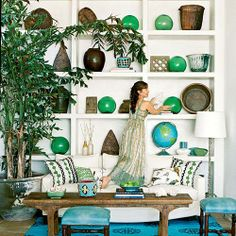 That shelving.House of Turquoise: 2013 Pantone Color of the Year: Emerald Beach Living Room, Coastal Living Rooms, My Living Room, Living Room Decor, Living Spaces, House Of Turquoise, Green Turquoise, Teal, Styling Bookshelves