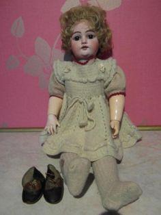 Eine Puppe, die man nicht so schnell ein zweites Mal siehtSehr alt, mit Schlafaugen, beweglichen Gelenken, sehr liebevoll, bis ins Details, gearbeitet. Vollständig gekleidet, mit Unterwäsche und ein paar Lederschuhen. Sie ist ungefähr 64 cm groß, ich denke Biskuitporzellan, Herstellung wird um 1890 gewesen seinFragen beantworte ich gerne