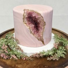 Nadia Cakes, a renowned bakery that has won numerous awards, recently made a pink geode cake. After sharing a picture of the geode cake online, people noticed that it looked a lot like a vagina. Bolo Geode, Geode Cake, Beautiful Cakes, Amazing Cakes, Mini Cakes, Cupcake Cakes, Bolo Cake, Homemade Birthday Cakes, Unique Birthday Cakes