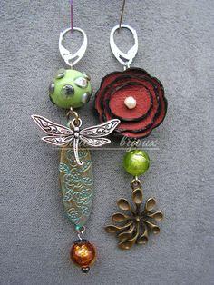boucles d'oreilles libellule asymétriques , fleur cuir , perle artisanale , peintes à la main : Boucles d'oreille par lilicat