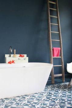 Fliese im Badezimmer von VIA – Außergewöhnliche Zementfliesen in dunkelblau schmücken dieses Bad. VIA Fliesen und auch VIA Wandfarbe finden Sie bei uns! www.der-parkett-riese.de