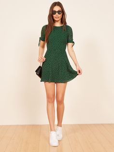 March Dress Simple green dress too Sneakers Fashion Outfits, Dress With Sneakers, Casual Outfits, Cute Outfits, Dress With Converse, White Shoes Outfit Sneakers, Sneakers Outfit Summer, Sneaker Outfits, Sneakers Style