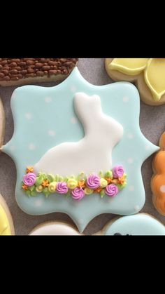 Easter bunny in flowers on a plaque Fancy Cookies, Iced Cookies, Easter Cookies, Easter Treats, Cupcake Cookies, Custom Cookies, Summer Cookies, Cookie Favors, Heart Cookies