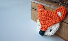 Crochet Fox Applique by Carolina Guzman Crochet Brooch, Crochet Fox, Love Crochet, Crochet Motif, Crochet Animals, Diy Crochet, Crochet Crafts, Yarn Crafts, Crochet Flowers