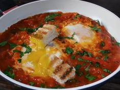 Shakshuka (Oua in sos de rosii) | CAIETUL CU RETETE Vegetarian Recipes, Cooking Recipes, Romanian Food, 30 Minute Meals, Food For Thought, I Foods, Food And Drink, Ethnic Recipes, Thoughts