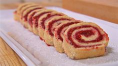 For mange er rullekake smaken av barndom. Mette Blomsterberg har oppskrift på rullekake av sukkerbrød og bringebærmarmelade.