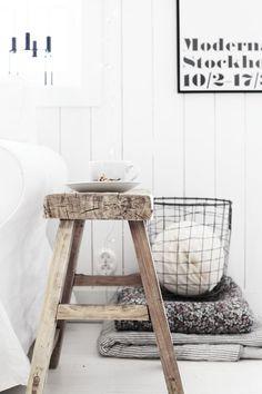Oude kruk of bankje als nachtkastje | Slaapkamer | Bedroom